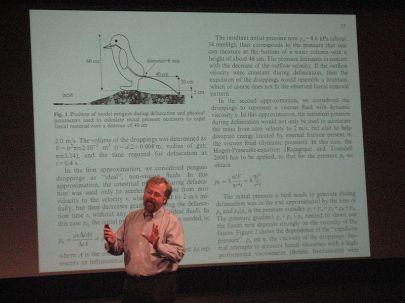 Nathan Myhrvold (bynajmniej nie jeden z autorów) z prezentacją publikacji w tle/ źródło wikipedia.org