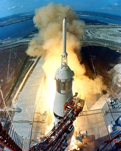 Start rakiety Saturn V niosącej Apollo 11/www.wikipedia.org