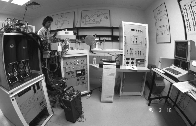 Spektrometr masowy z 1989 roku/ za: www.wikipedia.org; Hannes Grobe (CC BY-SA 2.5) ©2010