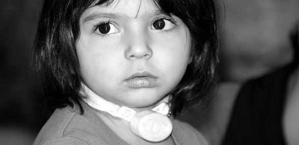 Młodziutka pacjentka po tracheotomii. /źródło: flickr; Afghanistan Matters (CC BY 2.0)
