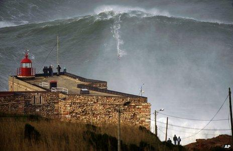 McNamara hulający na stustopowej fali/źródło: BBC